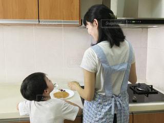 食品を準備する台所で立っている女性の写真・画像素材[1866343]