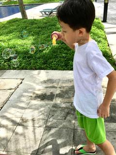 シャボン玉で遊ぶ男の子の写真・画像素材[2104130]