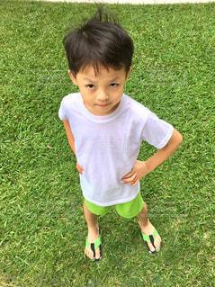 草の上に立っている小さな男の子の写真・画像素材[2104134]