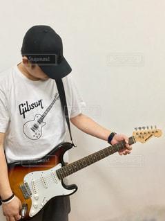 男性,帽子,ギター,人物,人,Tシャツ,ポートレート,コーディネート,コーデ,キャップ,白シャツ,夏服,半袖,夏コーデ,お気に入りシャツ