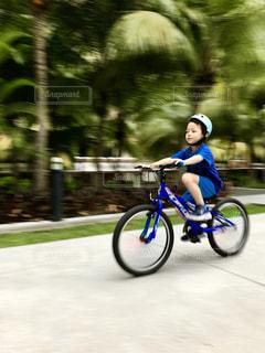 青い自転車に乗る男の子の写真・画像素材[2233053]