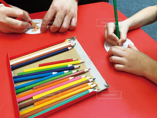 親子で色塗りの写真・画像素材[2253366]