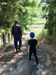 畑まで歩く祖父と孫の写真・画像素材[2260260]