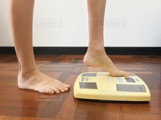 体重計に乗る女性の足の写真・画像素材[2324644]