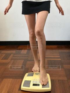 体重計に乗ろうとしている女性の写真・画像素材[2324746]