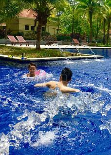 水のプールで泳ぐ人々のグループの写真・画像素材[2370931]