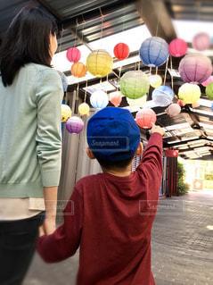 カラフル提灯を見る親子の写真・画像素材[2370963]