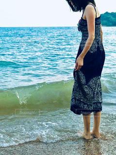 ワンピースを着たビーチの女性の写真・画像素材[2378705]