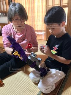 おばあちゃんと孫の写真・画像素材[2435686]
