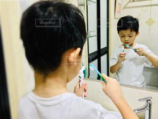 歯を磨く少年の写真・画像素材[2440016]