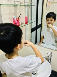 歯を磨く少年の写真・画像素材[2440017]