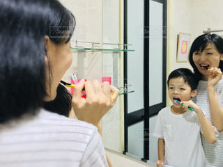 歯を磨く男の写真・画像素材[2440021]