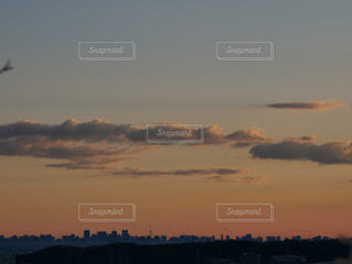 水の体に沈む夕日の写真・画像素材[1862472]