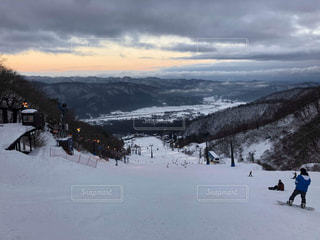 雪の上にスキーに乗っている人のグループ対象斜面の写真・画像素材[1862579]