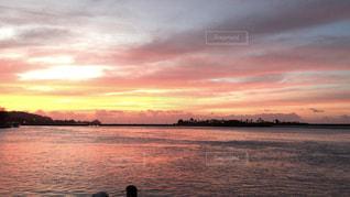 水の体に沈む夕日の写真・画像素材[1862635]