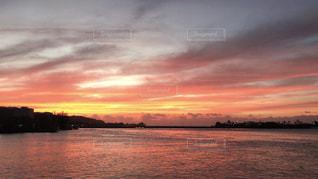 水の体に沈む夕日の写真・画像素材[1862636]