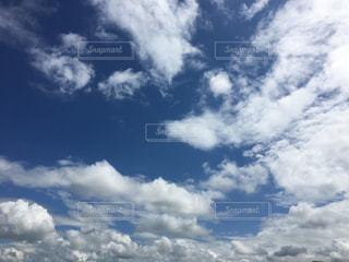 空には雲のグループの写真・画像素材[1862638]