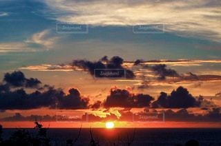 夕焼け空に浮かぶ雲の写真・画像素材[1864727]