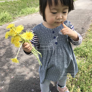 草の中に立っている小さな男の子の写真・画像素材[1862372]