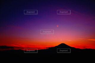 夕焼けの富士山のシルエットの写真・画像素材[1863042]