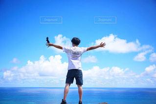 風景,海,空,屋外,青空,晴天,青,後ろ姿,人物,背中,人,後姿