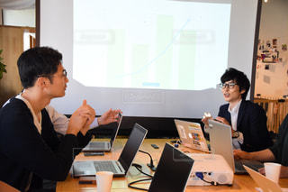 会議で議論する男性の写真・画像素材[2404330]