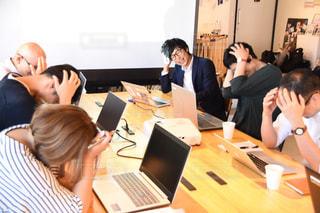 会議で悩む社員たちの写真・画像素材[2404334]