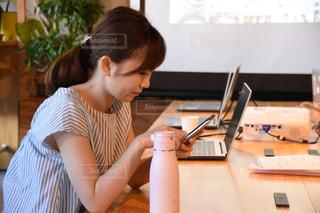 仕事中の女性の写真・画像素材[2404420]