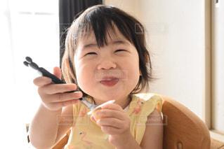 美味しく食べる小さな女の子の写真・画像素材[2914822]