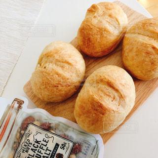 テーブルの上に焼きたてパンの写真・画像素材[1871210]
