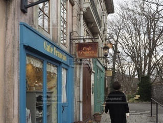 建物の前の歩道に立っている人の写真・画像素材[3454702]