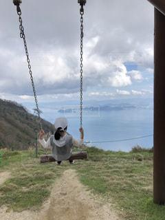 ブランコて湖と空への写真・画像素材[2000703]
