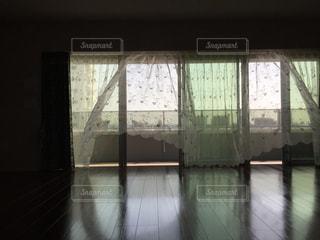 一番に窓あけたら、風にレースのカーテンがなびいて、ようこそ、待ってましたよ✨の写真・画像素材[1879774]