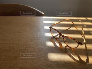 テーブルの上の眼鏡の写真・画像素材[3023850]