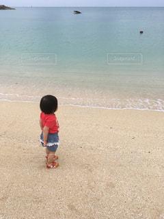 子ども,海,夏,ビーチ,後ろ姿,砂浜,沖縄,人物,背中,人,後姿,2歳,初めての,オキナワ