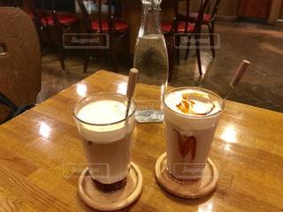 カフェ,ランチ,屋内,白,茶色,ガラス,グラス,カップ,レストラン,喫茶店,チョコ,ドリンク,ベージュ,キャラメル,ミルクティー色,ミルクキャラメルチョコ