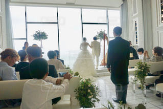 女性,男性,花,屋内,後ろ姿,窓,結婚式,花嫁,ドレス,人物,背中,人,ウェディングドレス,結婚,教会,新郎,父,スーツ,式場,結婚式ドレス