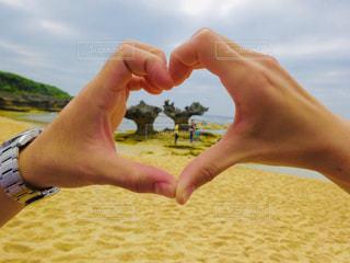 海,カップル,屋外,手,海岸,沖縄,ハート,人物,人,デート,マーク
