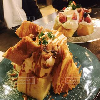 近くにケーキのスライスを皿の料理のアップの写真・画像素材[1883213]