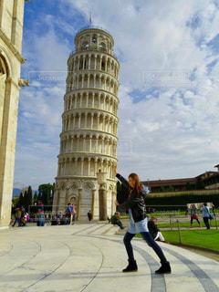 ピサの斜塔を支える人の写真・画像素材[2074026]