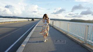 女性,海,空,夏,カメラ,橋,屋外,沖縄,景色,人物,道,人,休日,友達,フォトジェニック,トリップ,半袖