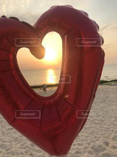 夕日のビーチで風船と親子の写真・画像素材[2263475]