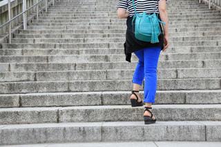 階段を登る女性の写真・画像素材[2132541]
