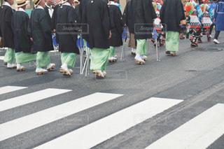 屋外,後ろ姿,道路,人物,背中,着物,人,後姿,祭り,歩道,お祭り,下駄,日中,足もと