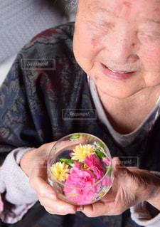 お花大好きおばあちゃんの写真・画像素材[2142133]