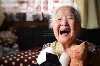 ぬいぐるみとおばあちゃんの写真・画像素材[2339537]