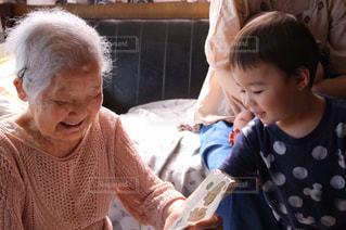 祖母とひ孫の写真・画像素材[2435917]