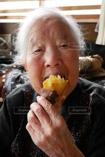 焼き芋食べる祖母の写真・画像素材[2700398]