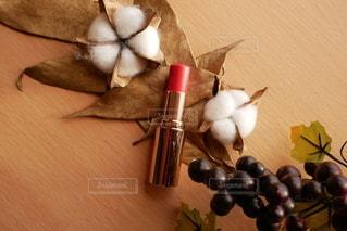 葉,口紅,机,実,美容,コスメ,化粧品,わた,オレンジ系,ゴールドの葉