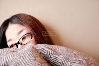 女性,ファッション,自撮り,アクセサリー,家,素肌,眼鏡,人物,人,布団,憂鬱,顔,朝,のんびり,眠い,目,寝起き,寝室,すっぴん,疲れた,だるい,メガネ,ダラダラ,40代,つらい,ボーッとする,起きれない,低血圧